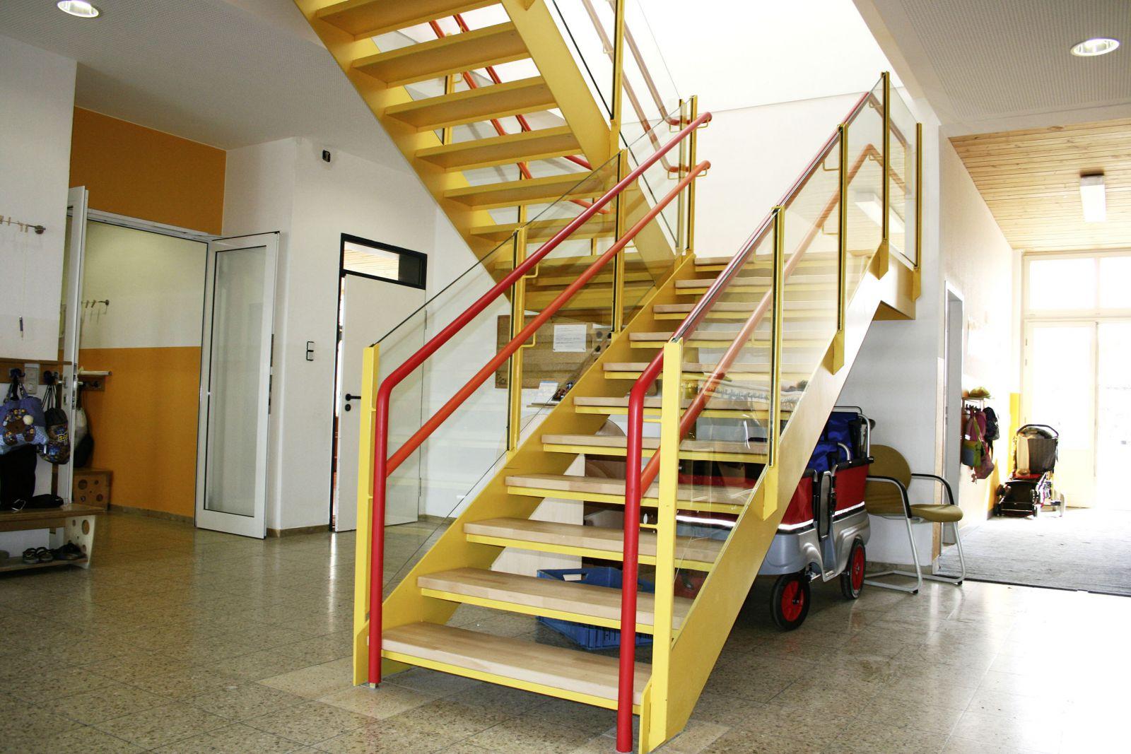 gerade treppe im haus trendy betontreppe holzstufen. Black Bedroom Furniture Sets. Home Design Ideas